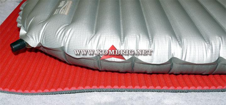 Двойная дополнительная защита коврика (плёнка из полиэтилена + тонкий закрытоячеистый коврик) и дополнительная теплоизоляция за счёт этого закрытоячеистого коврика
