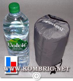 Размеры упакованного коврика Therm-a-Rest NeoAir XTherm в сравнении с размерами бутылки минеральной воды
