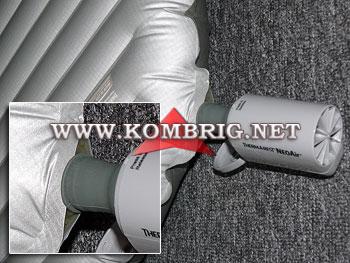 После двухнедельного ежедневного использования электронасоса NeoAir Mini Pum для накачивания коврика с более широким воздушным клапаном, надёжная фиксация штуцера насоса на клапане марки Therm-A-Rest достигалась только при полном натягивании штуцера на клапан