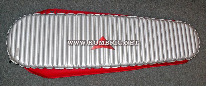 Разница в размерах ковриков Therm-a-Rest NeoAir XTherm (серебристого цвета) и Exped SynMat Winterlite MW (красного цвета) в случае, когда эти коврики полностью наполнены воздухом (1)
