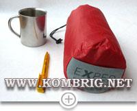 Размеры туристического коврика Exped SynMat Winterlite MW в упакованном виде в сравнении с размерами шариковой ручки и туристической кружки